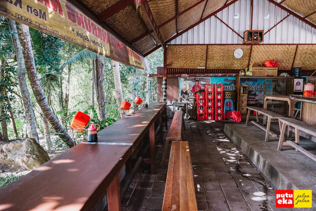 Meja panjang yang menghadap keluar bagi pengunjung warung nasi