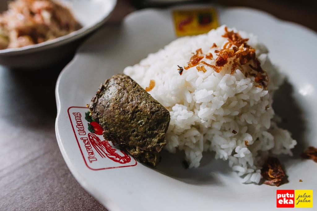 Nasi putih dengan bawang goreng dan Tum