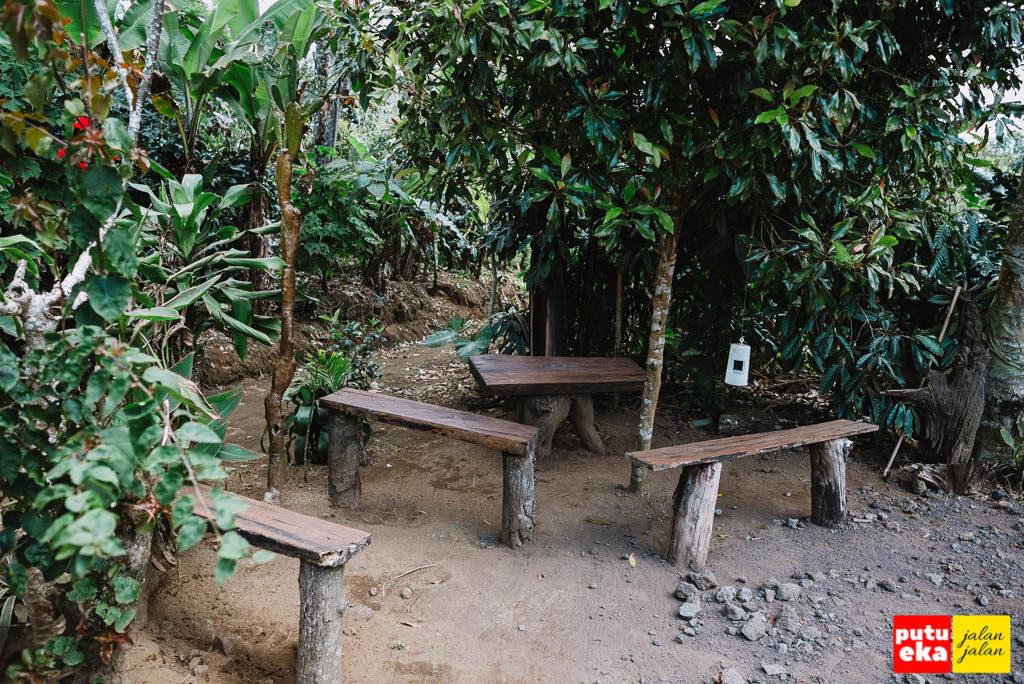 Tempat duduk kayu di tempat parkir