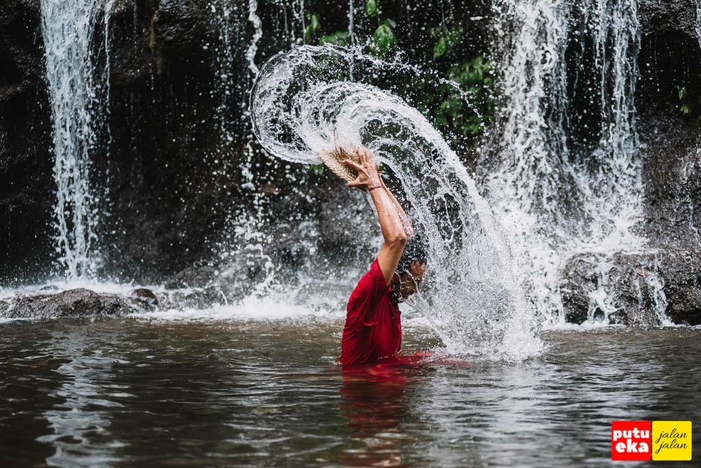 Putu Eka Jalan Jalan bermain air di air terjun