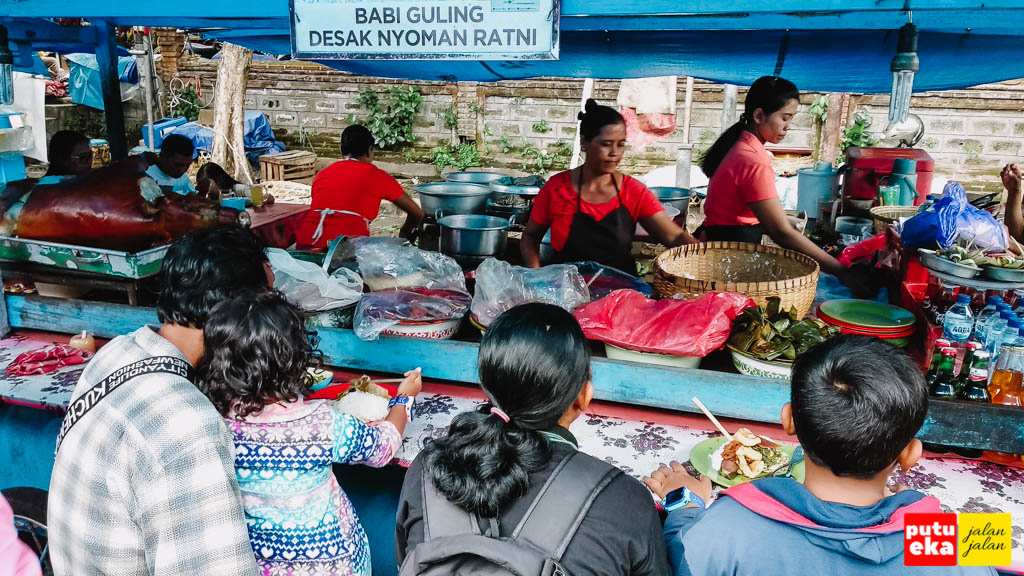 Team Desak Nyoman Ratni sedang sibuk melayani pelanggan