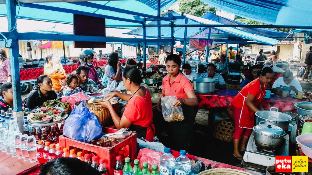 Kesibukan team Desak Nyoman Ratni sedang melayani pelanggan yang membeli Babi Guling