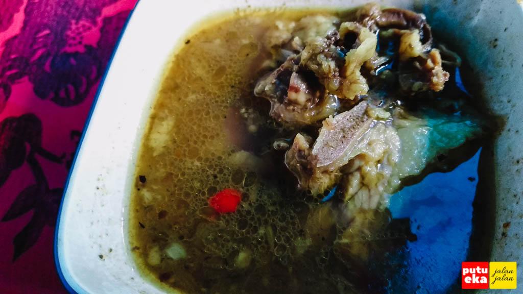 Semangkok kuah Babi menemani sepiring nasi Babi Guling