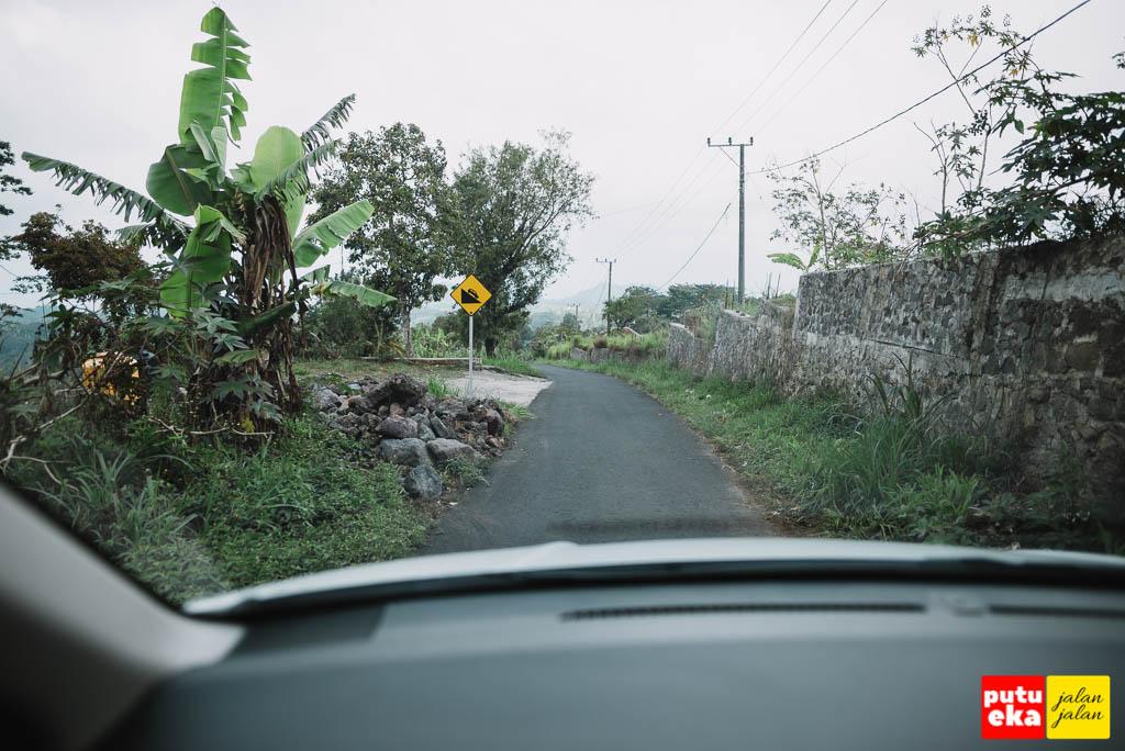 Jalannya sempit, cukup untuk satu kendaraan saja
