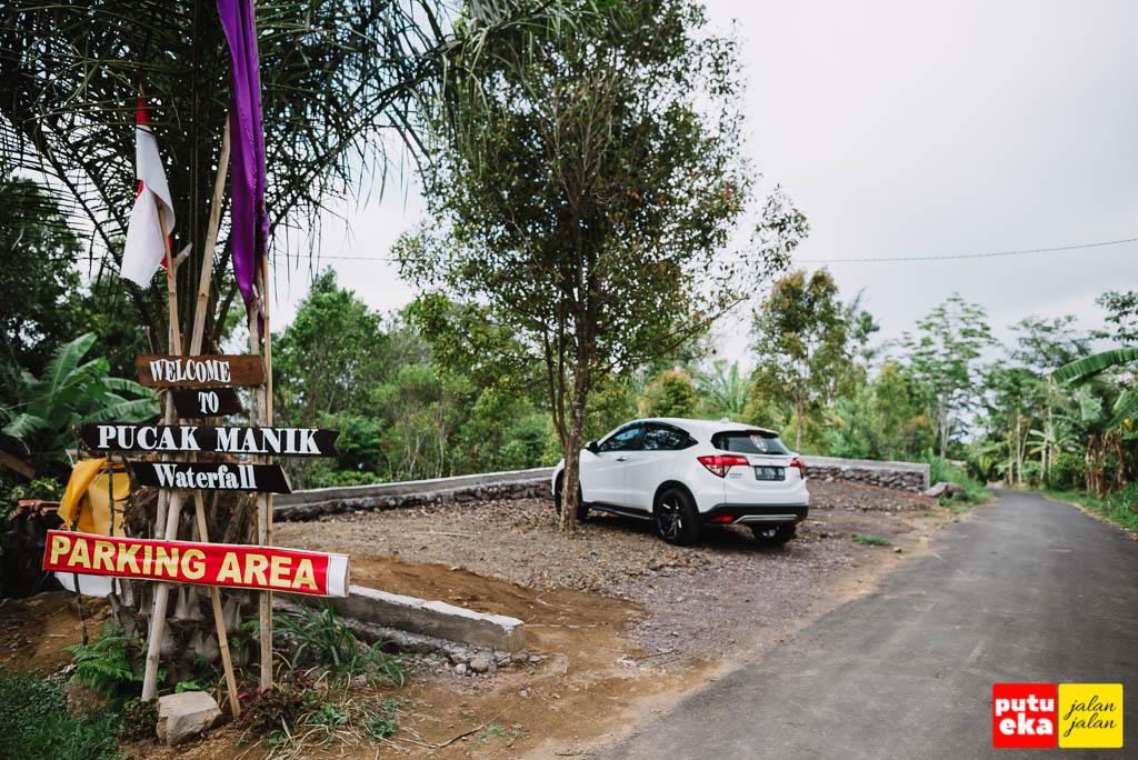 Tempat parkir yang disediakan oleh pengelola air terjun