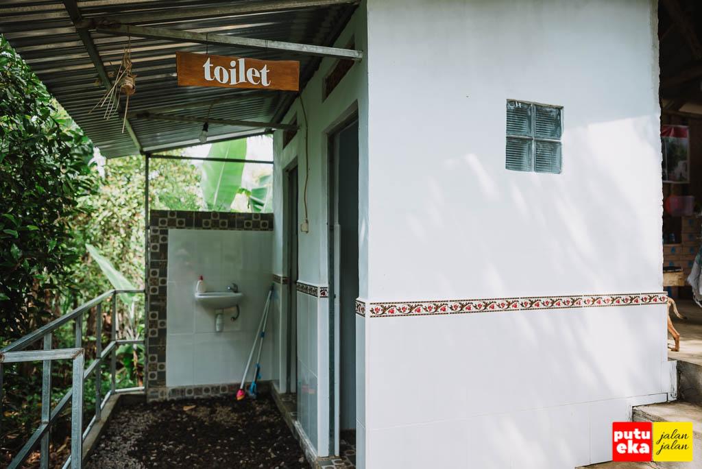 Toilet yang disediakan bagi pengunjung air terjun