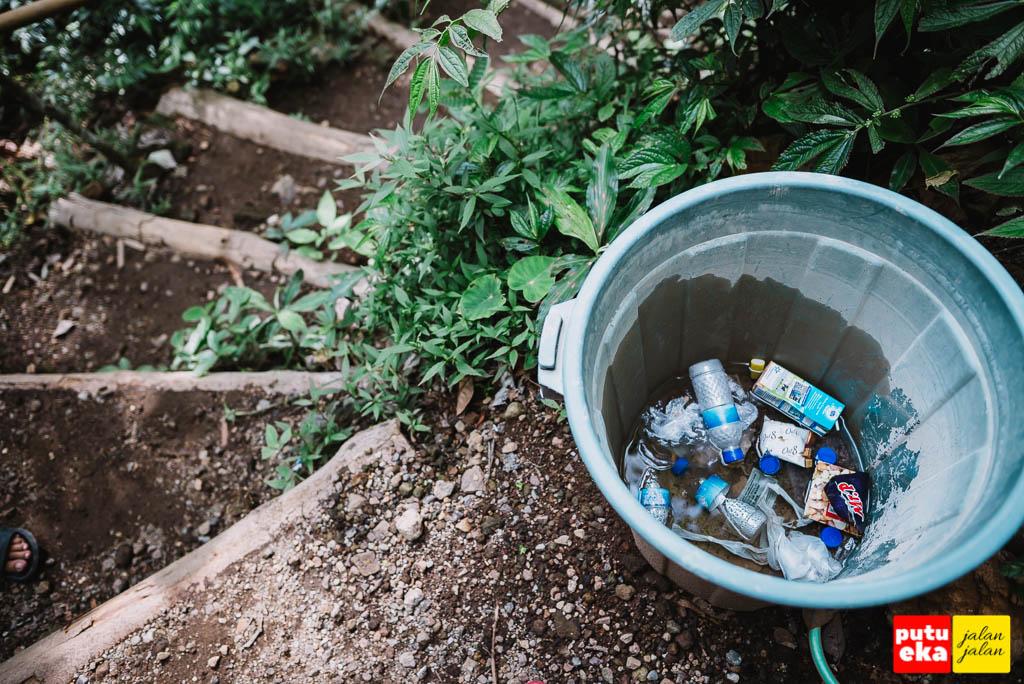 Tempat sampah dari plastic yang disediakan bagi pengunjung