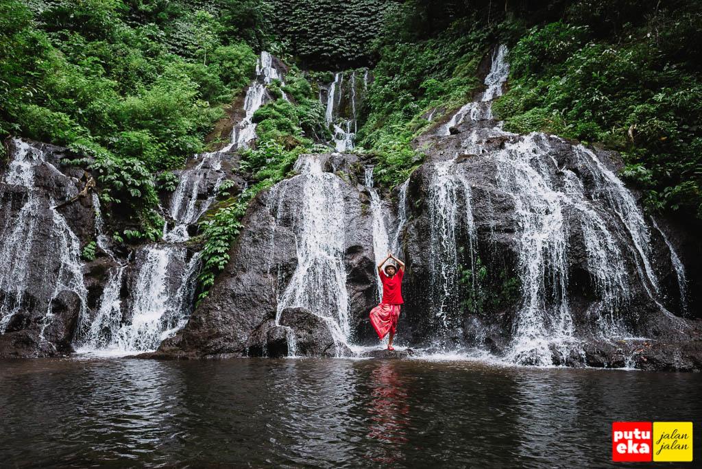 Ber-yoga ala-ala di Air Terjun Pucak Manik