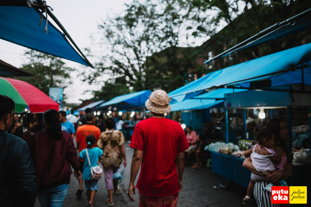 Menyusuri Pasar Senggol Gianyar menuju penjual Babi Guling