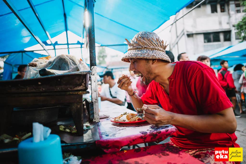 Putu Eka Jalan Jalan sedang menikmati sepiring Nasi Babi Guling