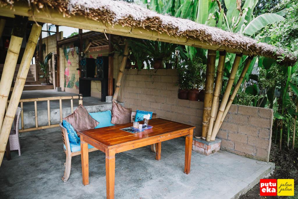 Meja dan kursi di area makan