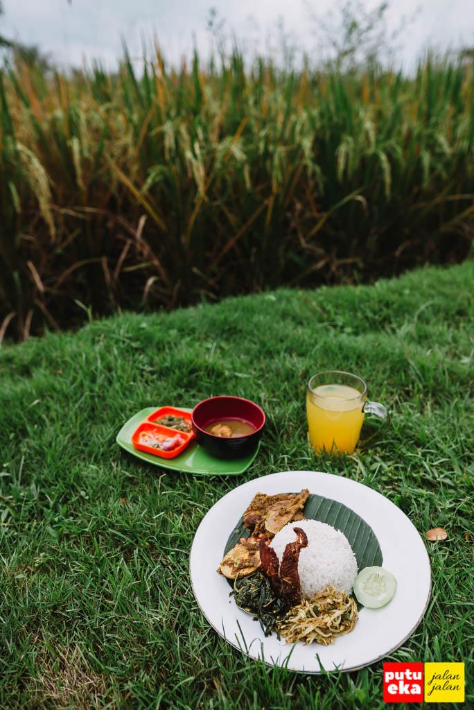 Makan Betutu Latu Ayam Merah di atas rumput yang diidamkan oleh Putu Eka Jalan Jalan