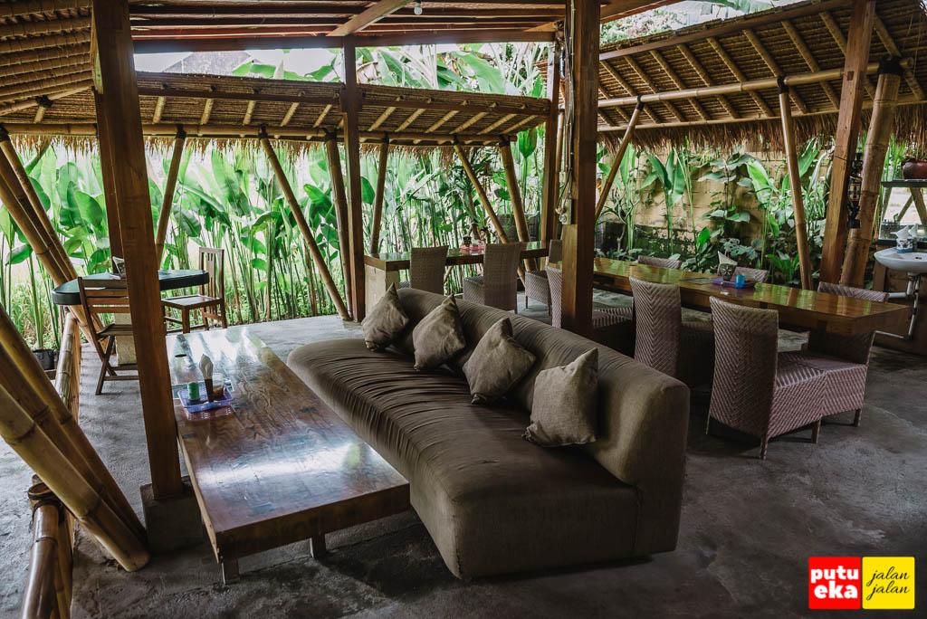 Area makan dengan sofa dan meja