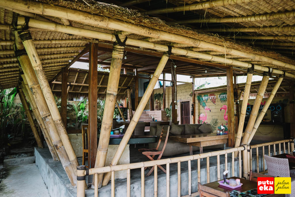 Bangunan yang terbuat dari bambu dan atap ilalang