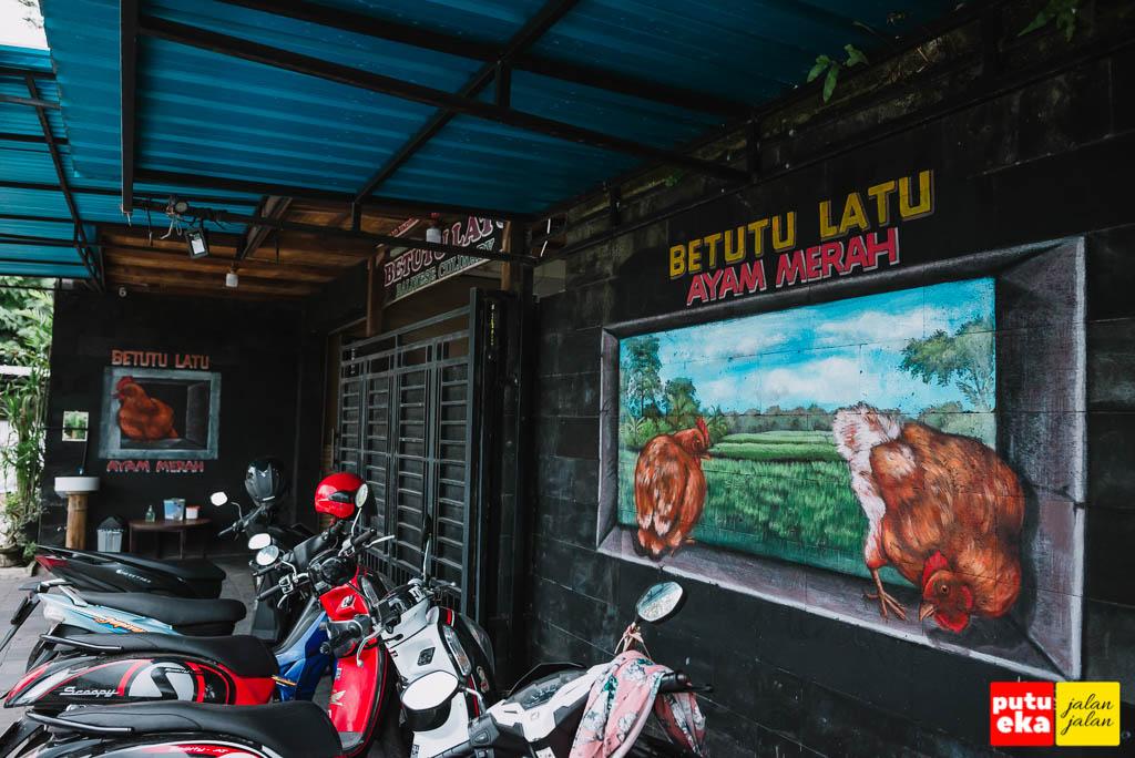 Bagian depan Betutu Latu dengan parkir sepeda motor