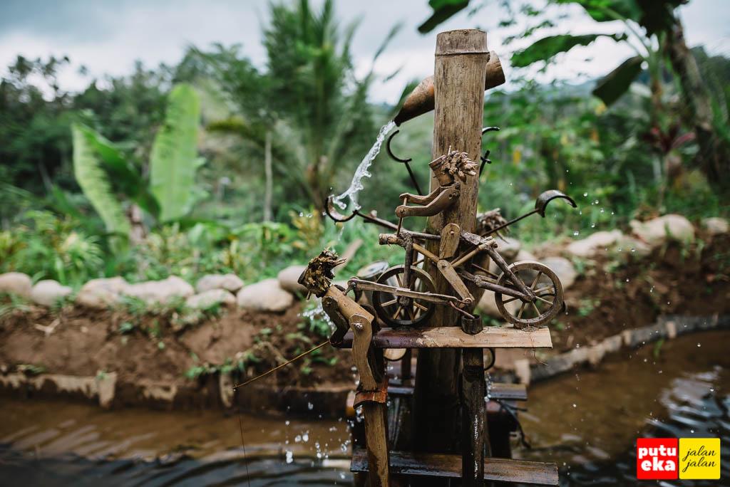 Kincir air unik ditengah kolam warung D'Bishe