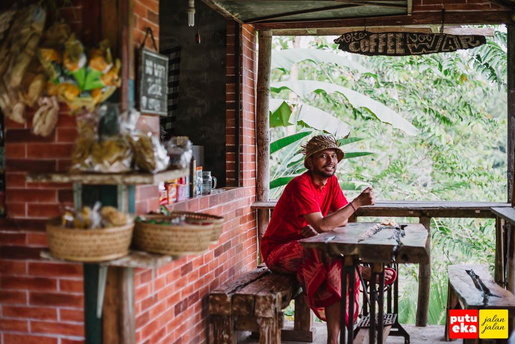 Putu Eka Jalan Jalan sedang minum kopi di warung D'Bishe