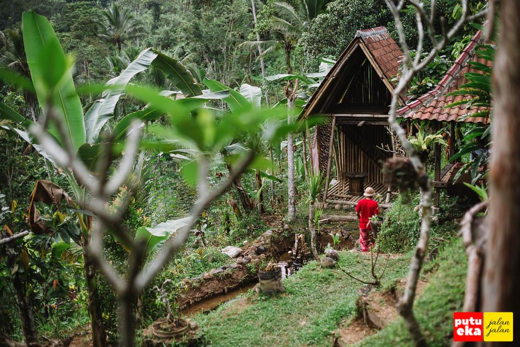 Berjalan menuju bangunan bambu berlantai dua