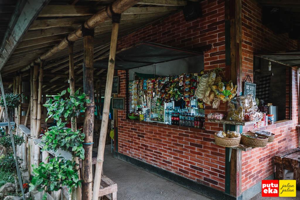 Tampilan warung dengan tembok bata yang terexpose