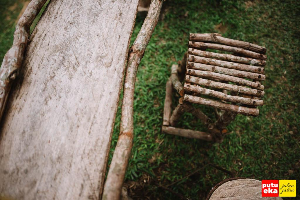 Meja dan kursi dari kayu