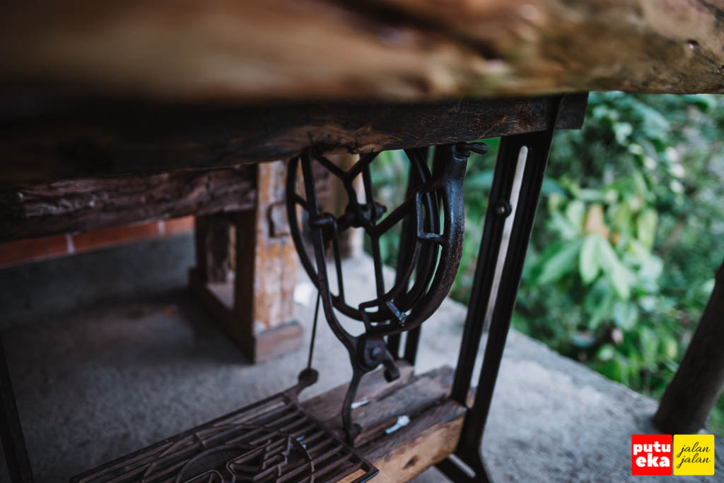 Kaki meja yang terbuat dari mesin jahit kuno