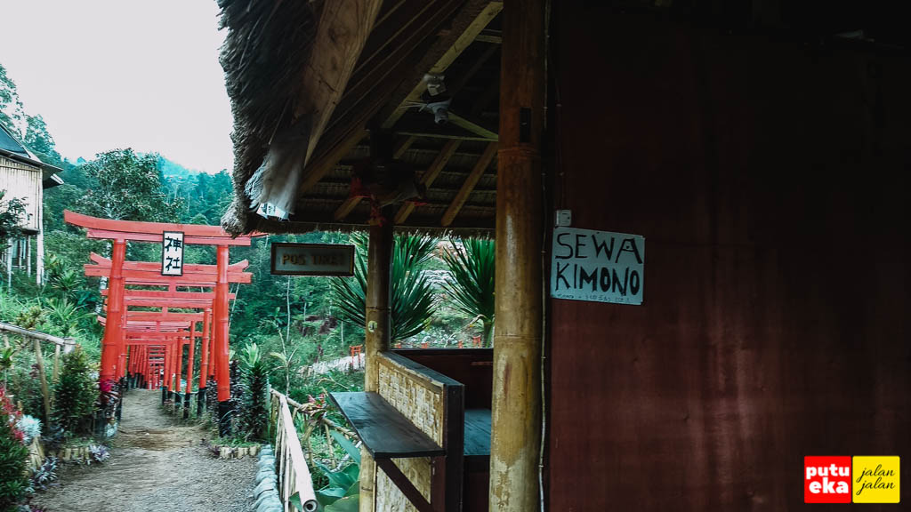 Tempat sewa kimono disebelah loket tiket