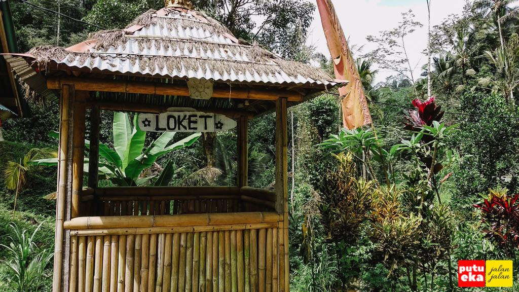 Bangunan loket yang terbuat dari bambu