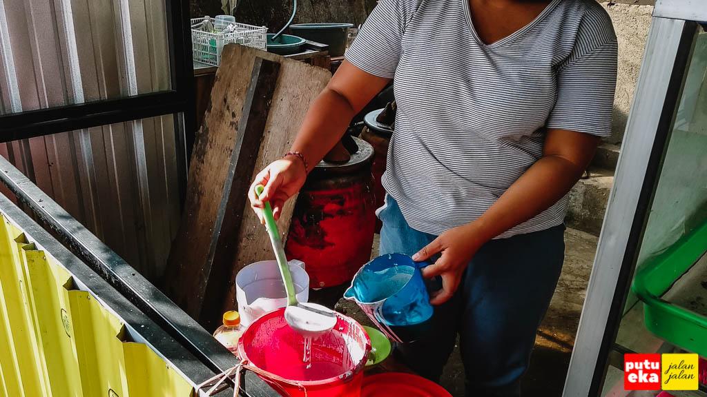 Penjual sedang menyiapkan adonan Laklak