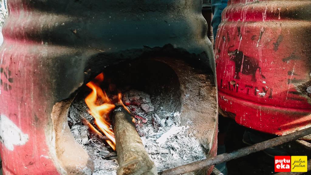 Kayu bakar yang terbakar didalam tungku
