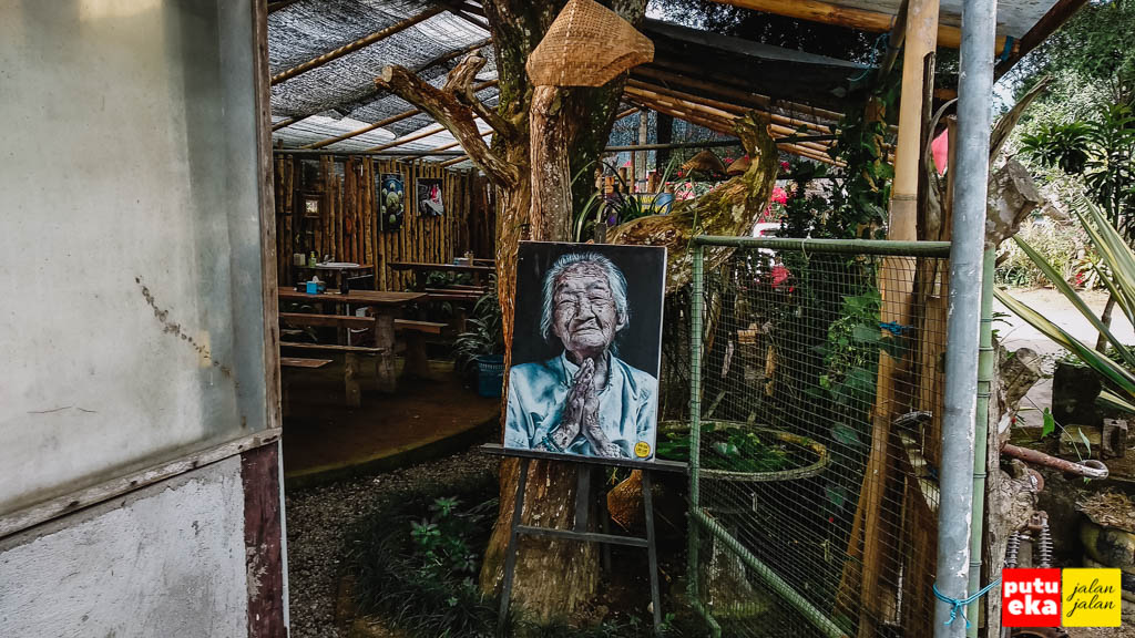 Tempat makan dengan photo nenek yang menyambut