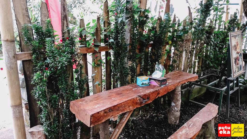 Meja kursi yang terbuat dari kayu