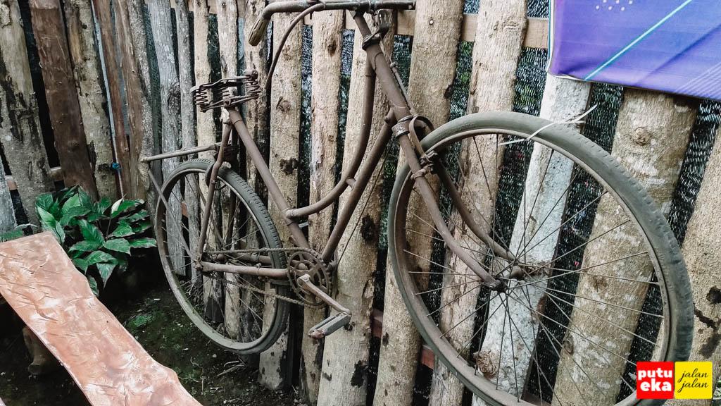 Sepeda onthel digantung didinding