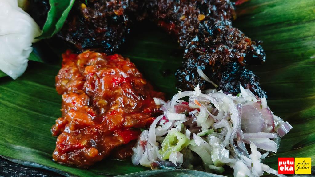 Sambal cabai dan sambal mentah ayam bakar enak Baturiti