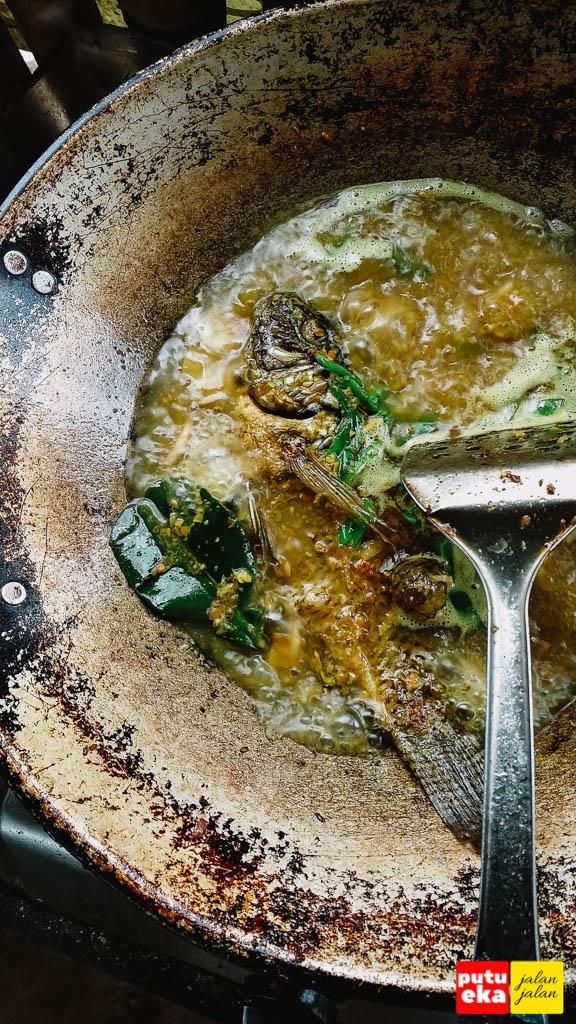 Ikan Nila goreng dimasukkan ke kuah nyat nyat