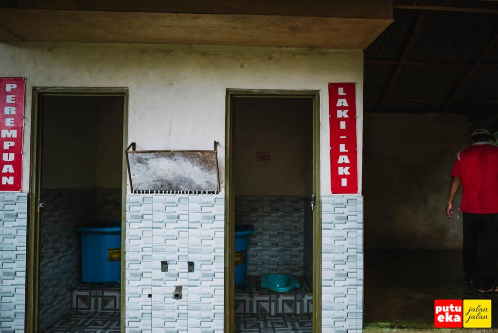 Dua bilik toilet yang bisa dipergunakan