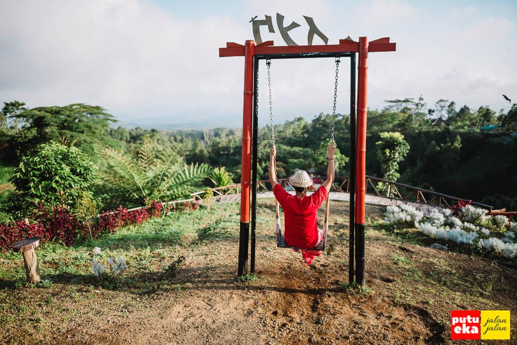 Berayun-ayun di Taman Jinja Bali