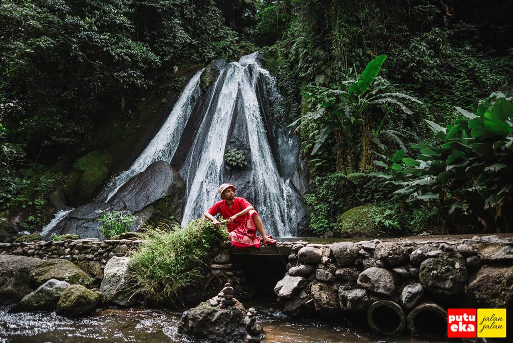 Duduk santai didepan air terjun Campuhan Antapan
