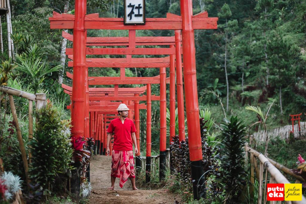 Putu Eka Jalan Jalan berada di deretan Torii bagian pertama Taman Jinja Bali