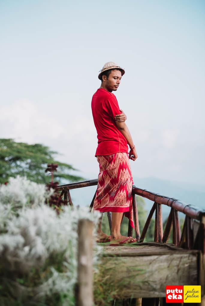 Berdiri di ketinggian memandang ke lembah Taman Jinja Bali