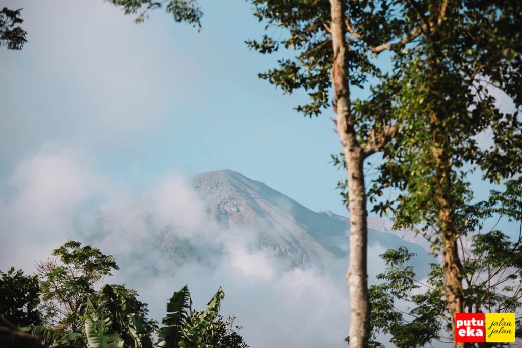 Gunung Agung yang tampak dari Taman Jinja