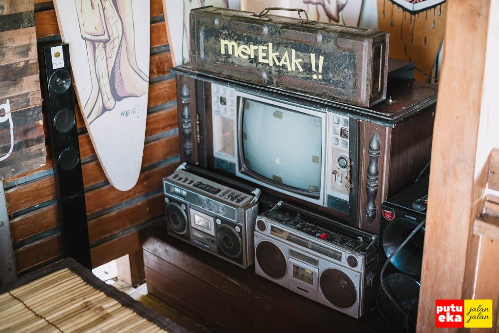 Tumpukan televisi dan radio tua