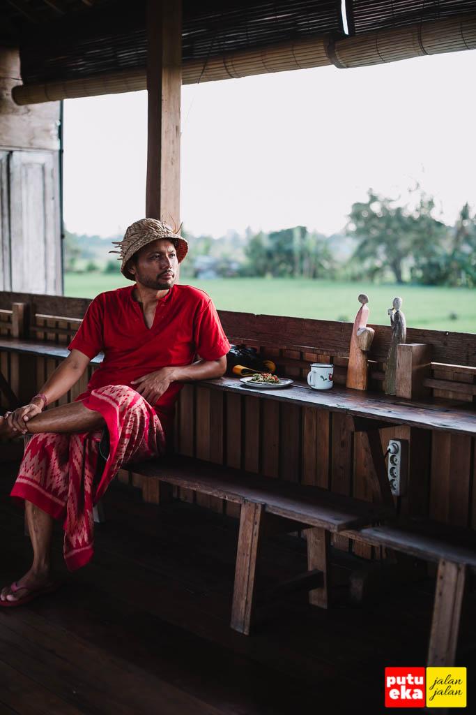 Duduk santai menunggu makanan sambil memandang sawah yang menghijau