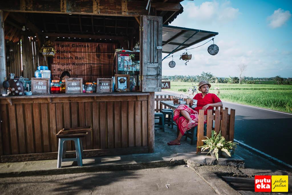 Putu Eka Jalan Jalan bersantai di Kedai Kayu Penarungan