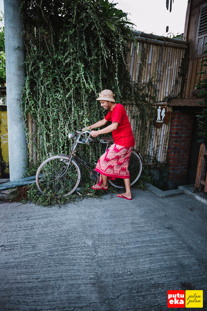 Bidadari mau nggak ya dibonceng pake sepeda tua?