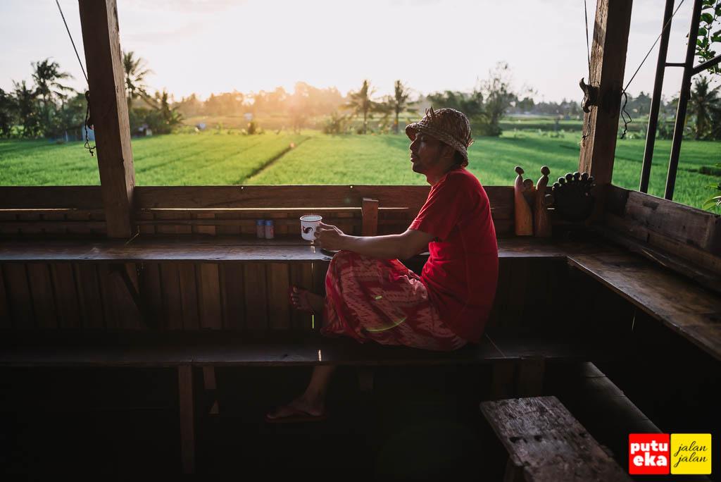Nikmati sunset dengan ditemani kopi hangat di Kedai Kayu Penarungan