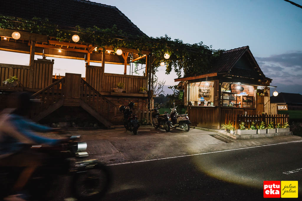 Kedai Kayu dibagian depannya ketika menjelang malam