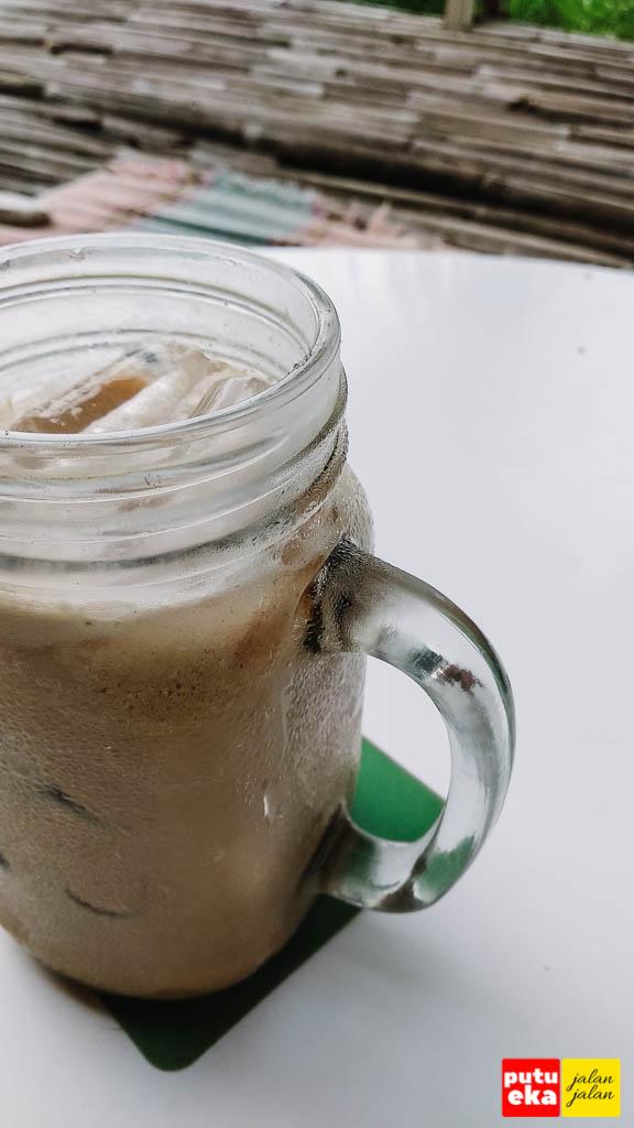 Charamel Latte dingin yang siap dinimati