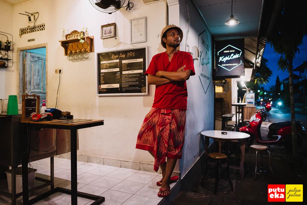 Putu Eka berdiri didekat meja kasir