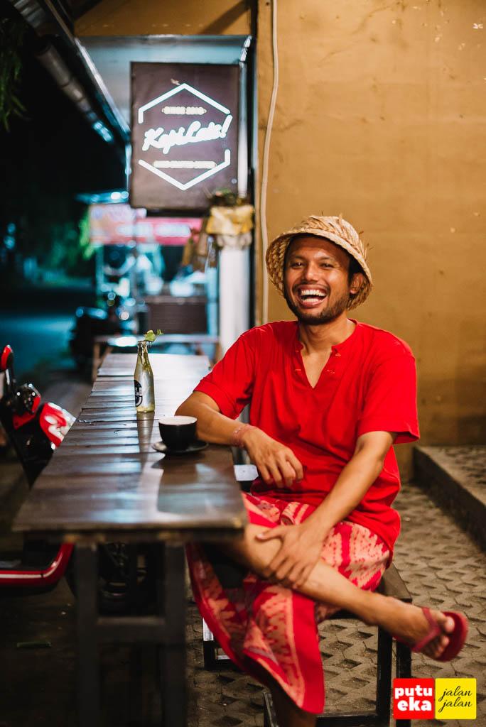 Putu Eka Jalan Jalan tertawa ketika duduk di meja panjang