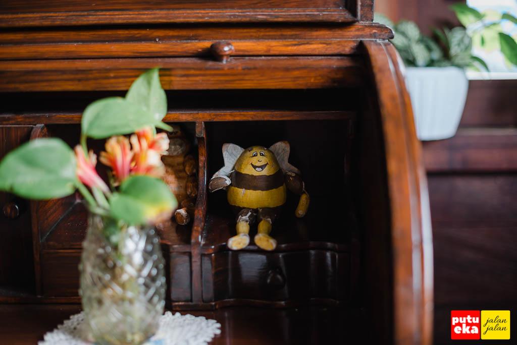 Boneka kayu yang berada di atas meja